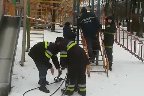 В Харькове подросток застрял в ступенях металлической детской горки