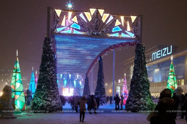 На площади Свободы открыли главную елку города