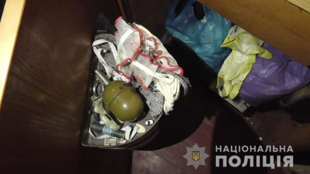 В Харькове у мужчины изъяли наркотики и гранату