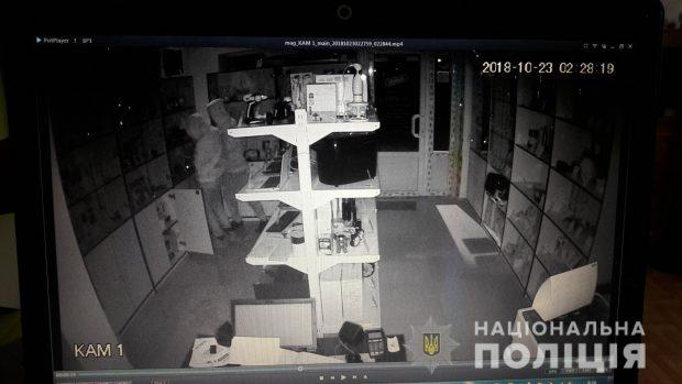 В Харькове подростки в течении двух недель трижды обворовали магазин