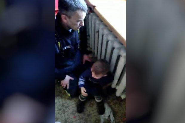В Харькове маленький мальчик застрял в металлическом радиаторе