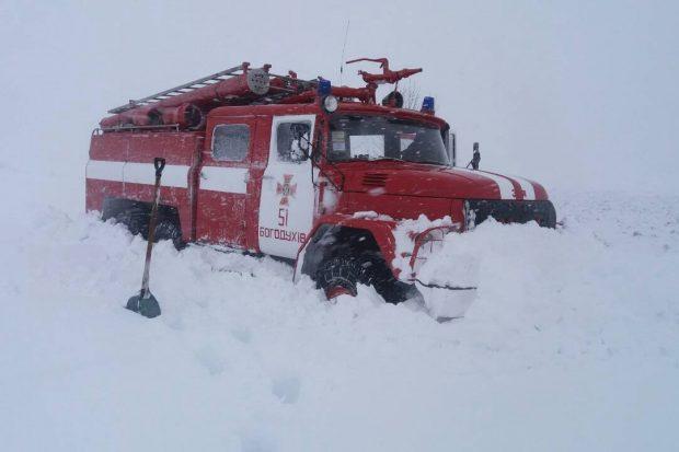 """На Харьковщине спасатели вытащили из """"снежной ловушки"""" хлебовоз, грузовик и скорую помощь"""
