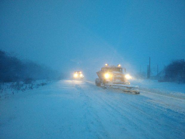 В Харьковской области спасатели вытащили автомобиль с ребенком, который застрял в снегу