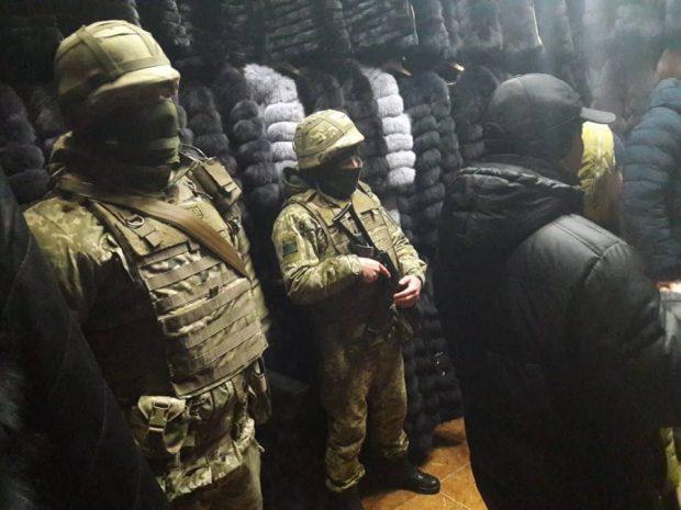 """На """"Барабашово"""" провели обыски: изъяли более 300 шуб из натурального меха"""