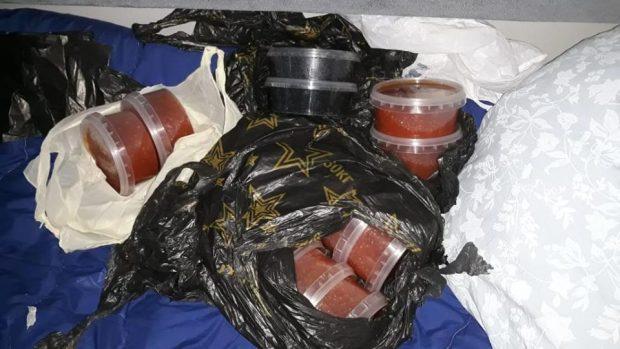 В Харькове на вокзале у проводников поезда нашли 12 кг красной и черный икры