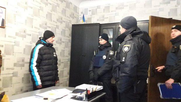 Возле школы в Харькове задержали мужчину, подозреваемого в педофилии