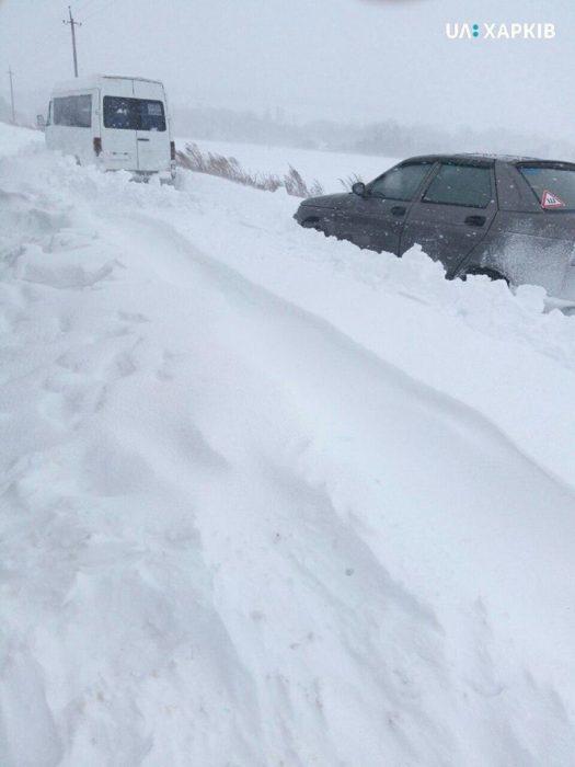 Под Харьковом на трассе из-за снега застрял пассажирский микроавтобус