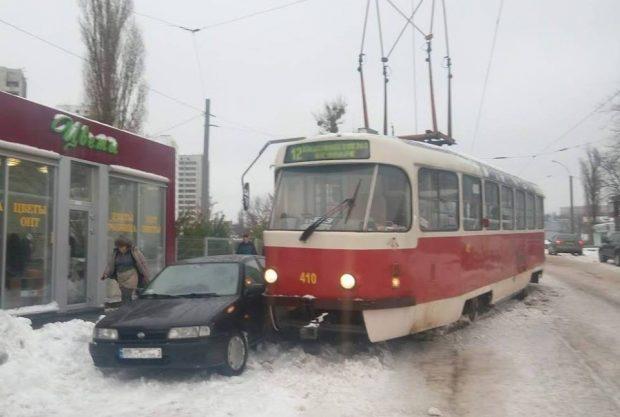 В Харькове трамвай протаранил две легковушки