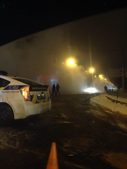 На Салтовке вода затопила улицу из-за порыва трубы