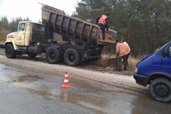 От мокрого снега дороги Харьковщины убирают 66 единиц техники и 99 работников