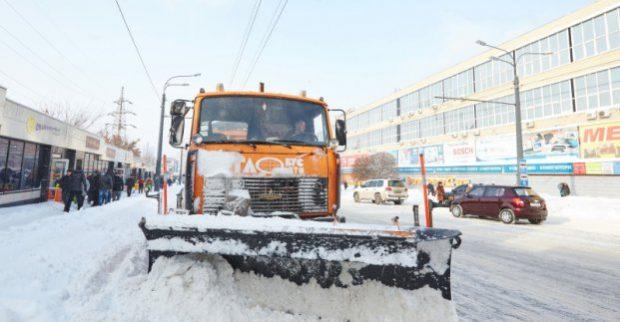 Более 130 машин убирают снег на дорогах Харькова