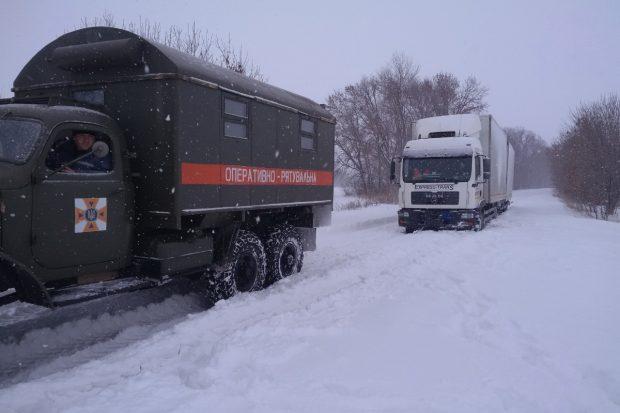 Под Харьковом из-за снегопада на дороге застрял грузовик