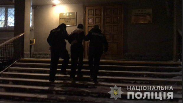 В Харькове мужчина, угрожая студентке стартовым пистолетом, зашел в дом забрал телефон и ноутбук