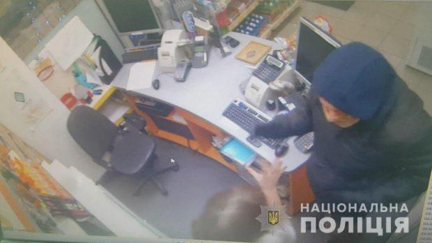 В Харькове ограбили заправку: полицейские разыскивают преступника