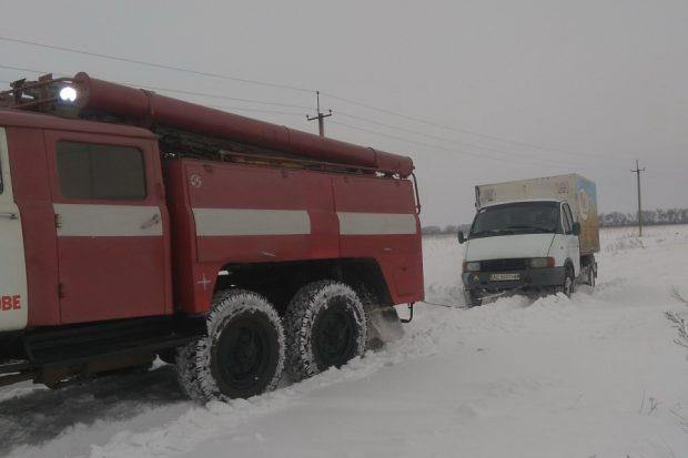 На Харьковщине спасатели за сутки вытащили из заснеженных дорог более десятка машин