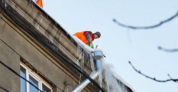 В Харькове выполнили около 70% заявок на снятие сосулек