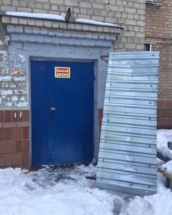 В Харькове на школьника упал козырек подъезда