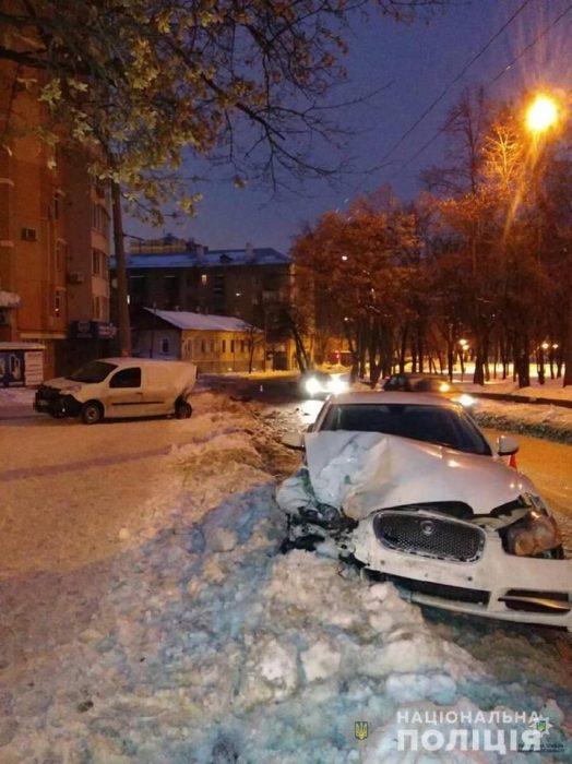 В Харькове не трезвый водитель Jaguar въехал в Renault: есть пострадавшие