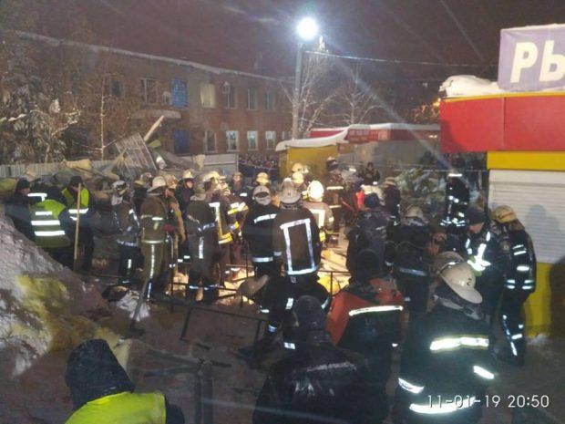 Крыша торгового павильона в Харькове обрушилась под тяжестью снега