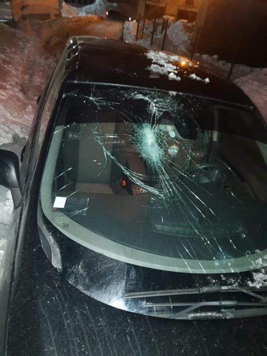 В Харькове ледяная глыба, упавшая с крыши здания, разбила автомобиль