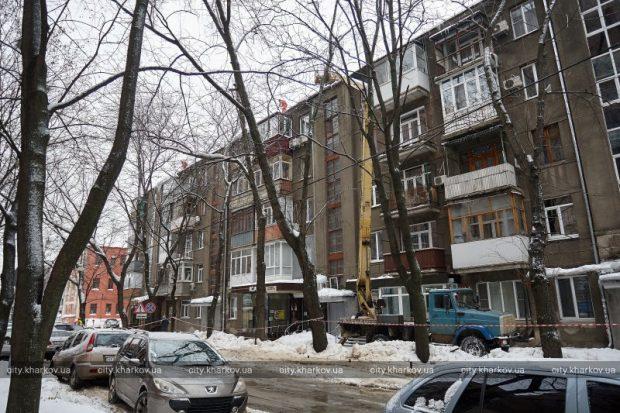 По Харькову 130 альпинистов и 12 автовышек убирают наледь с крыш жилых домов