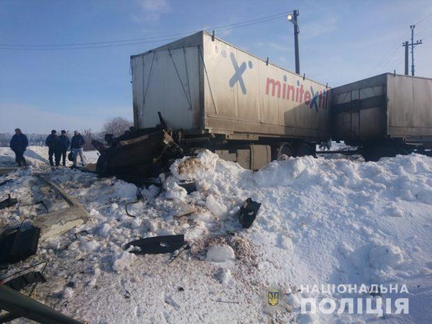 Под Харьковом поезд сбил грузовик: водитель в больнице