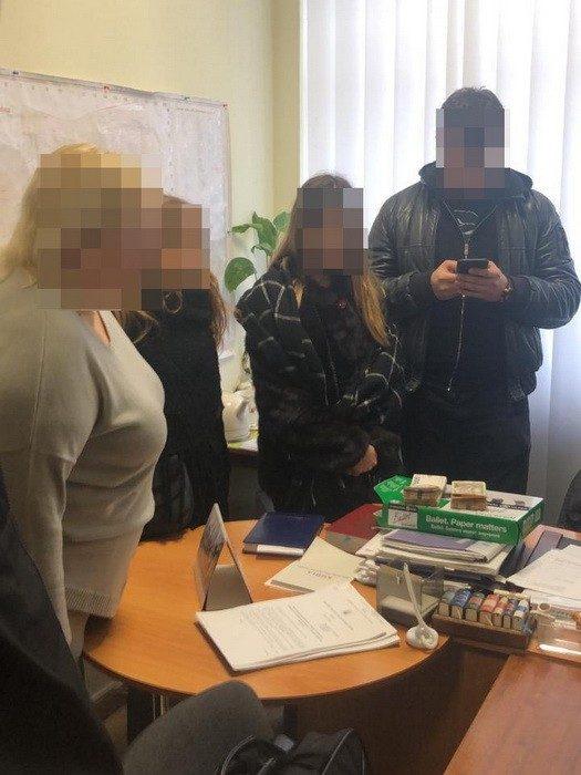 Чиновницу Харьковского горсовета поймали на взятке за содействие в усыновлении