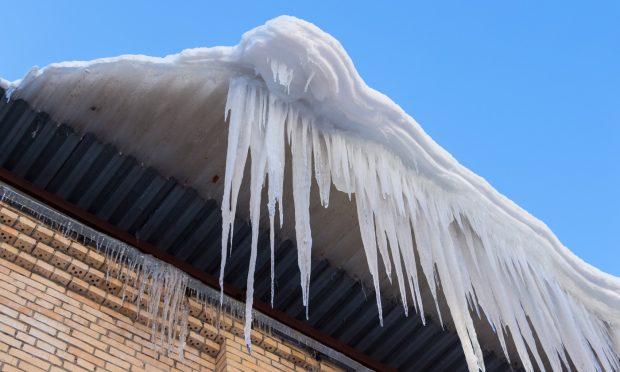 В Харьковской области под тяжестью снега обвалилась крыша жилого дома