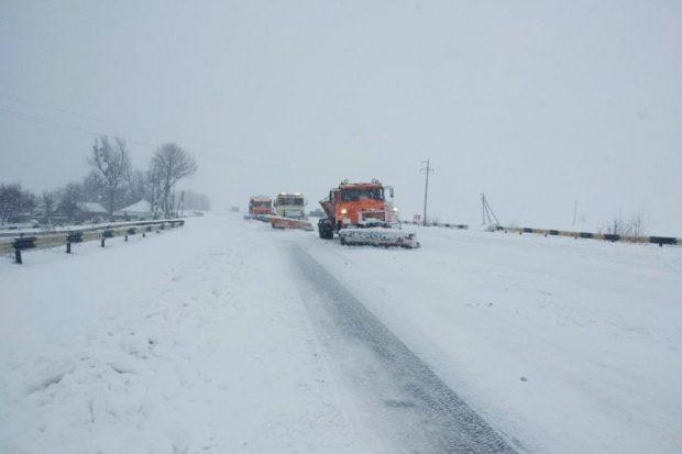 В условиях снегопада на расчистку дорог Харьковской области тратят около 1 млн гривен.
