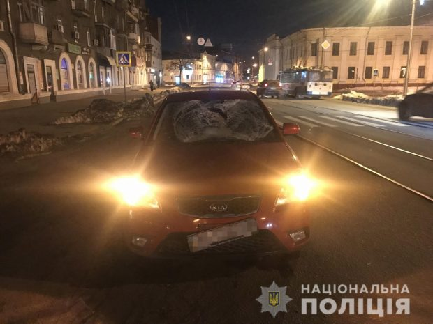 На Московском проспекте водитель на пешеходном переходе сбил молодую пару
