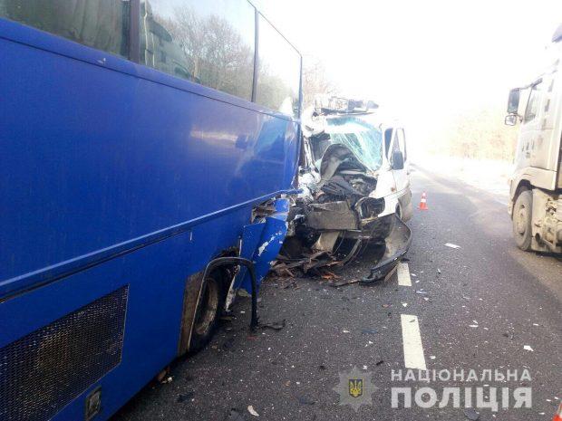 На Харьковщине микроавтобус въехал в автобус