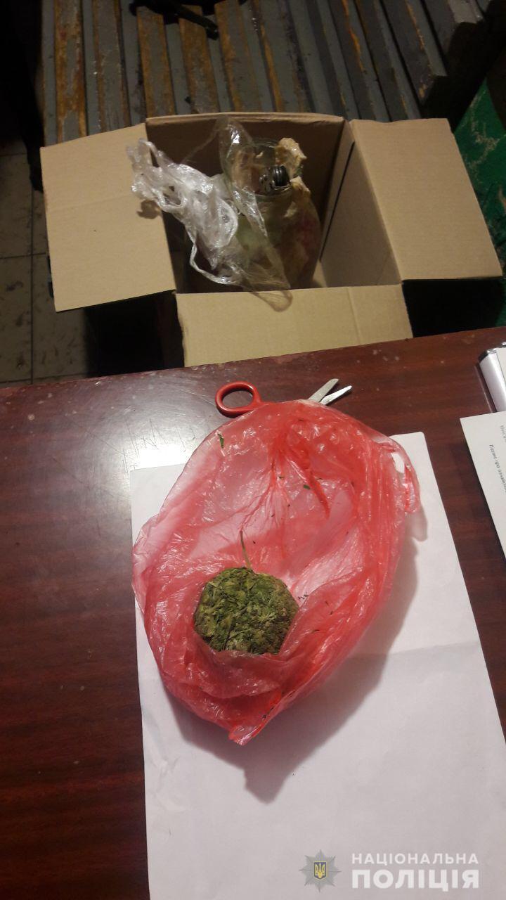 В Харькове у мужчины в банке с салом нашли наркотики