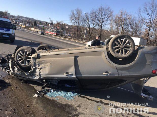 На Журавлевском мосту столкнулись две легковушки: один автомобиль перевернулся