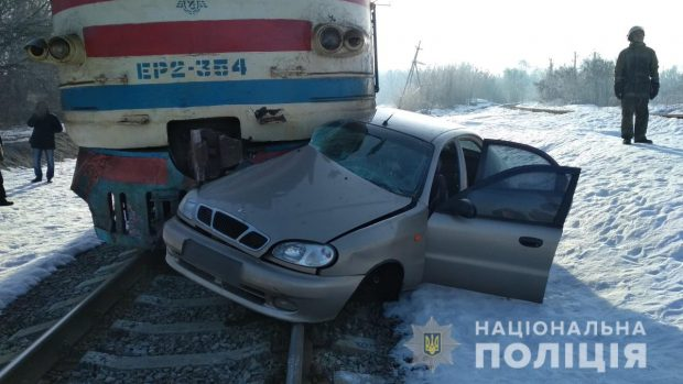 На Харьковщине столкнулись поезд и легковушка: водитель автомобиля погиб