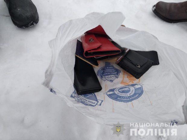 Под Харьковом поймали парня, который промышлял кражами в транспорте