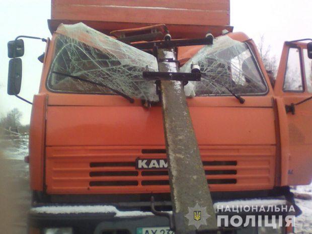 Под Харьковом на КАМАЗ упала электроопора