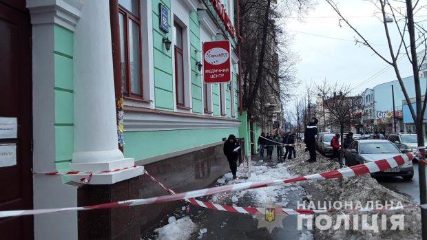 В центре города на двоих харьковчан упала ледяная глыба