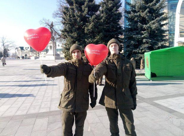 В центре Харькова курсанты Нацгвардии поздравляли прохожих с Днем влюбленных