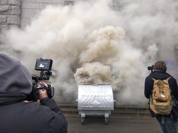 Ко входу в мэрию Харькова привезли и подожгли мусорный бак
