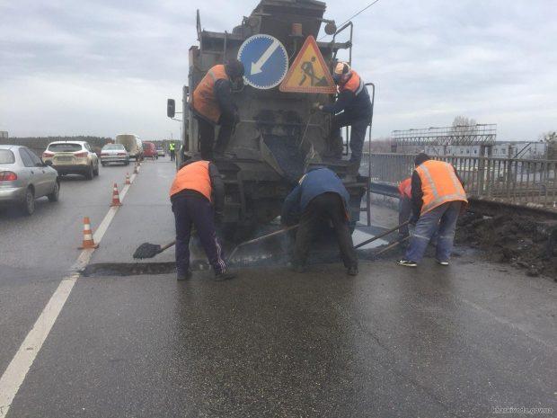 На дорогах области проводят ямочный ремонт покрытия