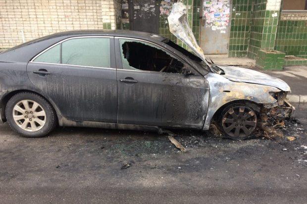 На Салтовке возле многоэтажки сгорела Toyota Camry