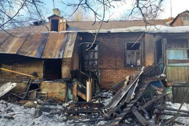 Под Харьковом сгорел жилой дом барачного типа