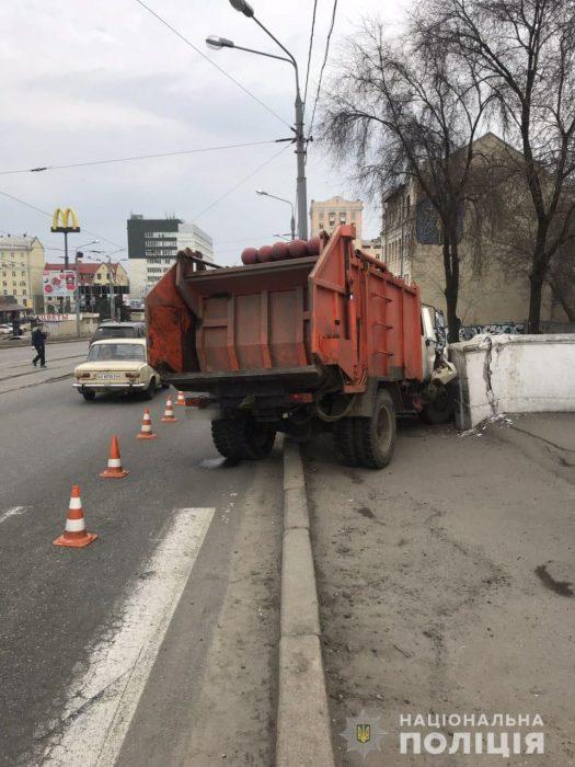 На ЮЖД водитель мусоровоза пытаясь избежать наезда на пешехода, въехал в забор