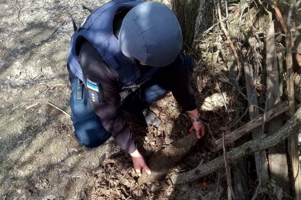 Под Харьковом пиротехники обезвредили крупнокалиберный снаряд