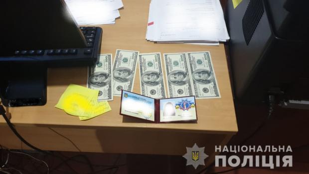 В Харькове госисполнитель требовала $1000 за освобождение от штрафа