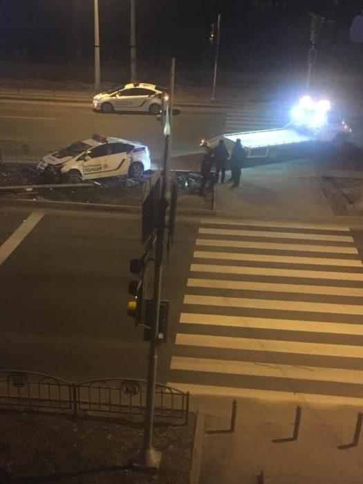 В Харькове патрульные снесли светофор
