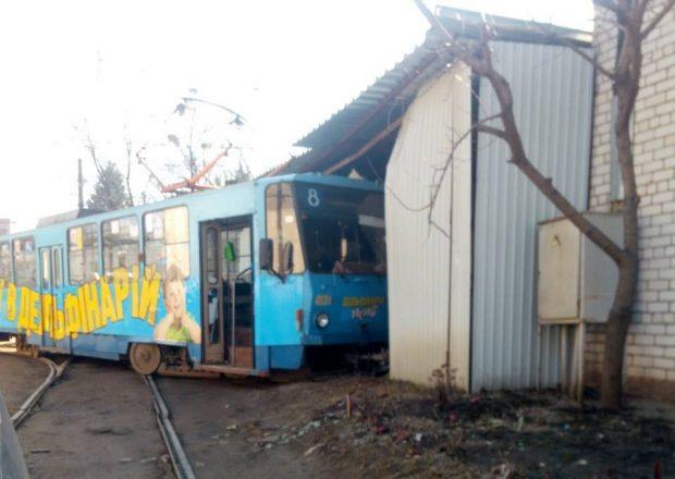 В Харькове трамвай сошел с рельсов и врезался в гараж