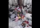 Убийство из ревности: к месту гибели девочки несут цветы и игрушки
