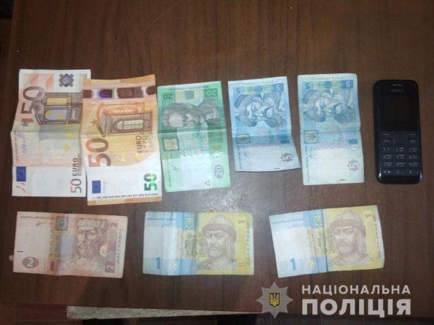 В Харьковской области рецидивист через окно залез к старушке в дом и украл крупную сумму денег
