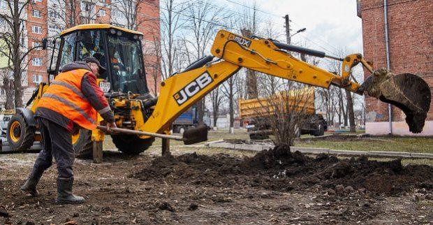 Бригады «Харьковводоканала» зарывают разрытые еще осенью ямы